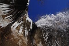 青い空の滝