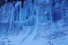 夜明け前の氷壁