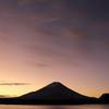 精進湖の夜明け