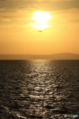 夕日が作る海の誘導路