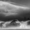 霧に包まれる家屋