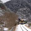 雪の奥久慈渓谷を走る水郡線
