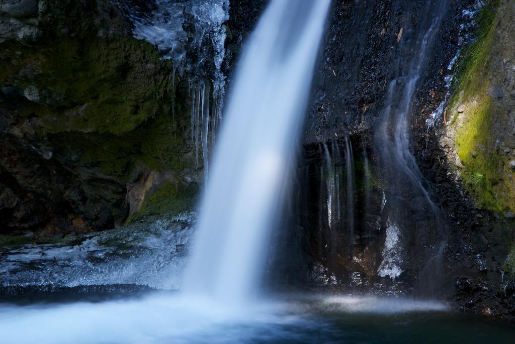 冷たく光る不動滝