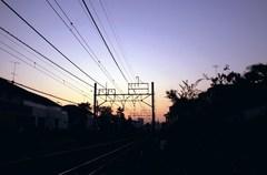夕方の線路と空