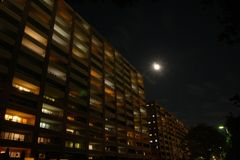 月に輝くそれぞれの暮らし