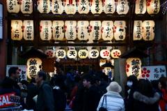 京都年の瀬散歩-錦天満宮に火が灯る頃-