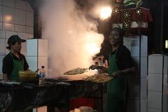 ジンバラン 椰子の実の皮に火をつけてBBQ