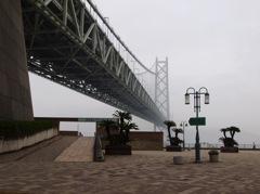霧の明石大橋