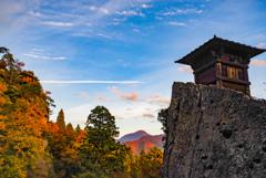 山頂から見守る寺