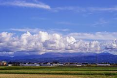 雲に包まれる月山
