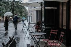 雨の日のテラスは寂しげ