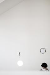 l'espace blanc~階段を降りる人