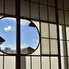 障子の丸窓から青空