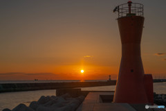夕日と赤灯台
