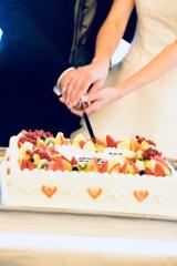 友人の結婚式にて幸せのケーキ入刀
