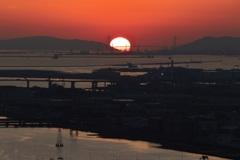 夕日が落ちる海峡大橋