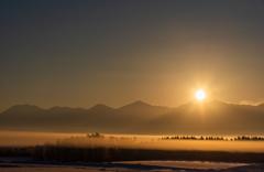 極寒のドラマチックな日の出