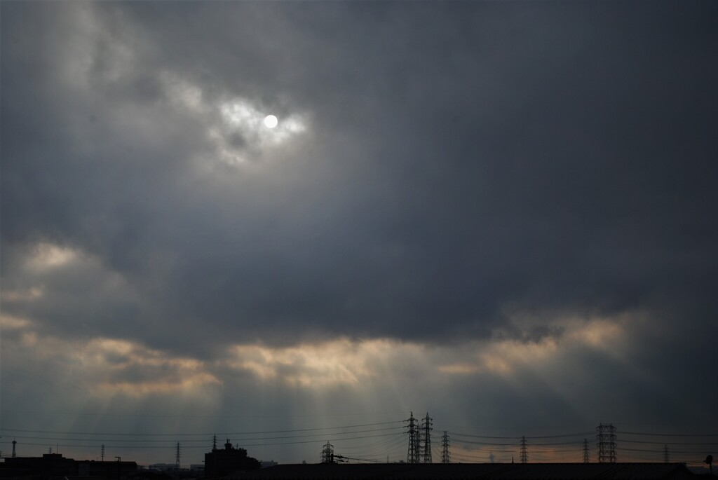 ぶ厚い雲の向こうには