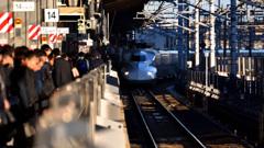 朝の新幹線ホーム