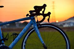 夕日とロードバイク