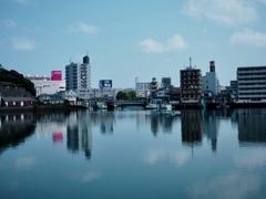 海面に映る街