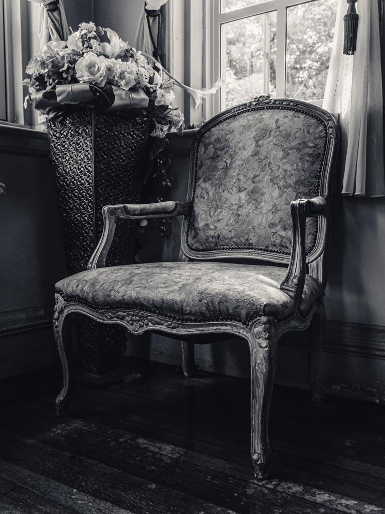 窓辺の肘掛椅子
