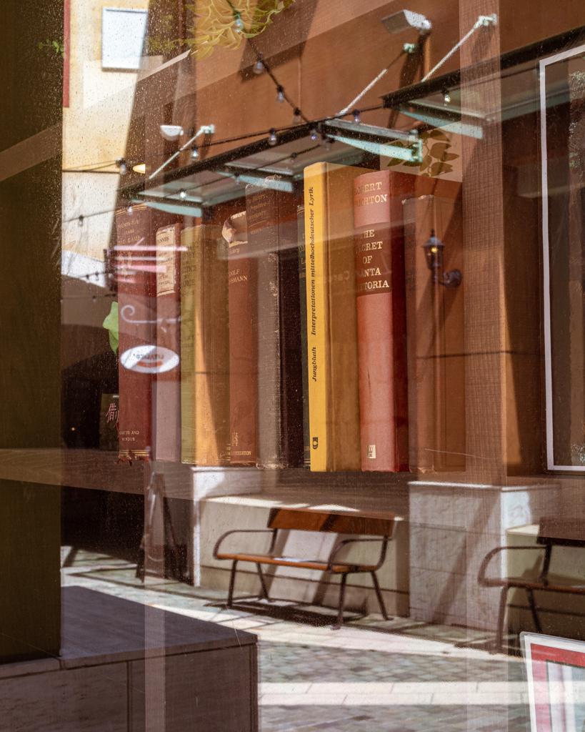 Reflection 本棚とベンチ