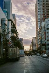 空とビルと道路