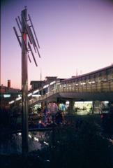 夕暮れの駅前