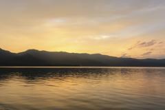 黄金色の屈斜路湖