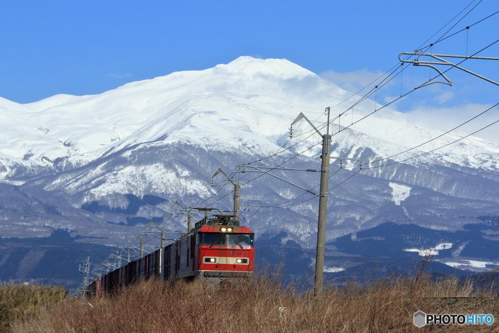 出羽富士と貨物列車