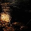 水面を叩く小雨