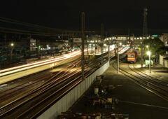 夜も働く列車たち