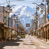 吉田本町の商店街から見た富士山