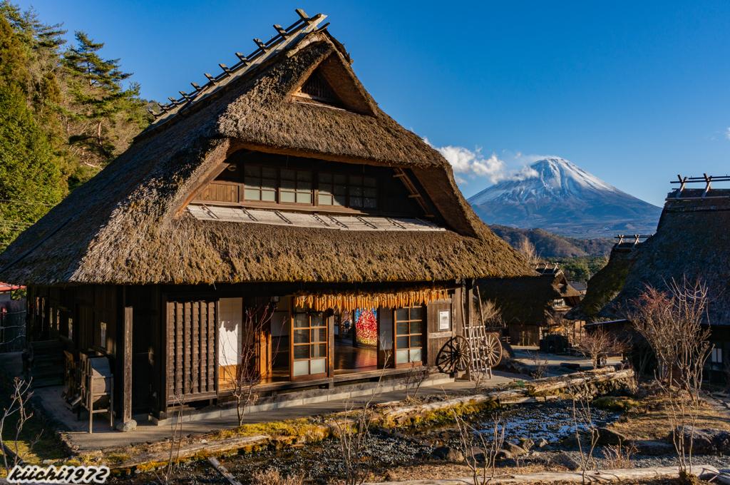茅葺き屋根の建物と富士山(西湖いやしの里根場)
