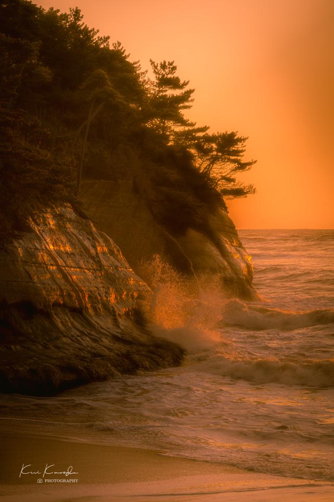 朝焼けと波