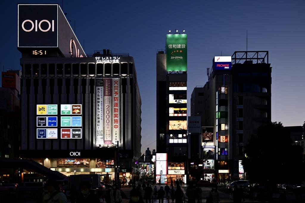 日暮れの街