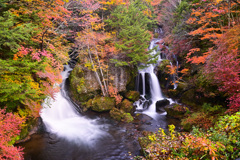 秋彩に染まる滝