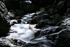 薄墨色の渓谷