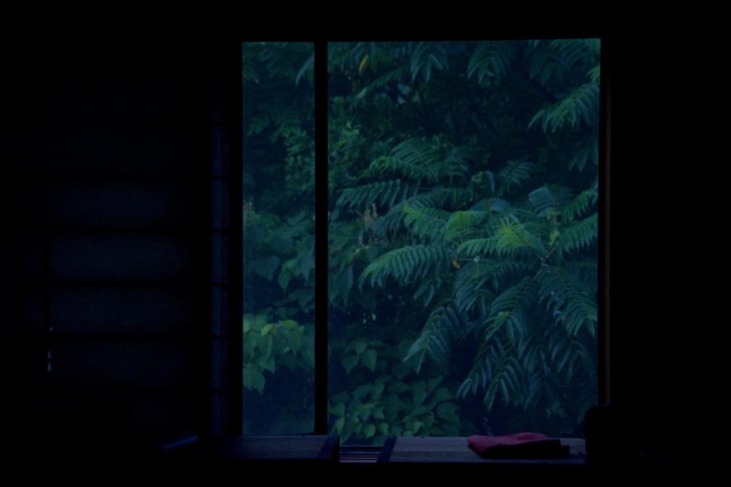 窓辺からの夕暮れ1