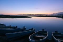 静かな湖畔の夜明け前