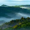皐月の朝陽を浴びる川霧・丘陵