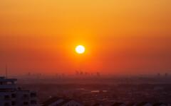 春霞にけむるさいたま新都心を映し出す朝陽