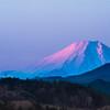 秩父山地東麓から紅富士を望む