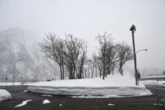 雪降るバス停