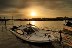 沈没船と夕日