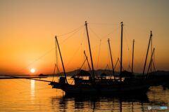 うたせ船と夕日