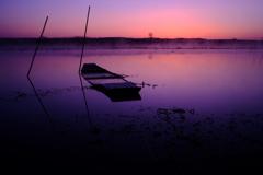 朝を迎える和船