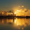 無波の海に朝陽輝く