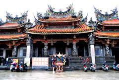 寺院と若者